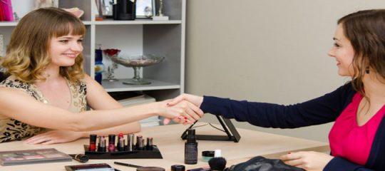 Travailler comme conseillère cosmétique